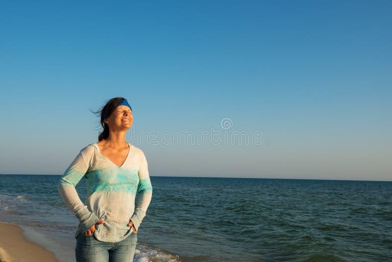 Risas del viajero de la mujer, exprimidas la ojos de felicidad imagen de archivo libre de regalías