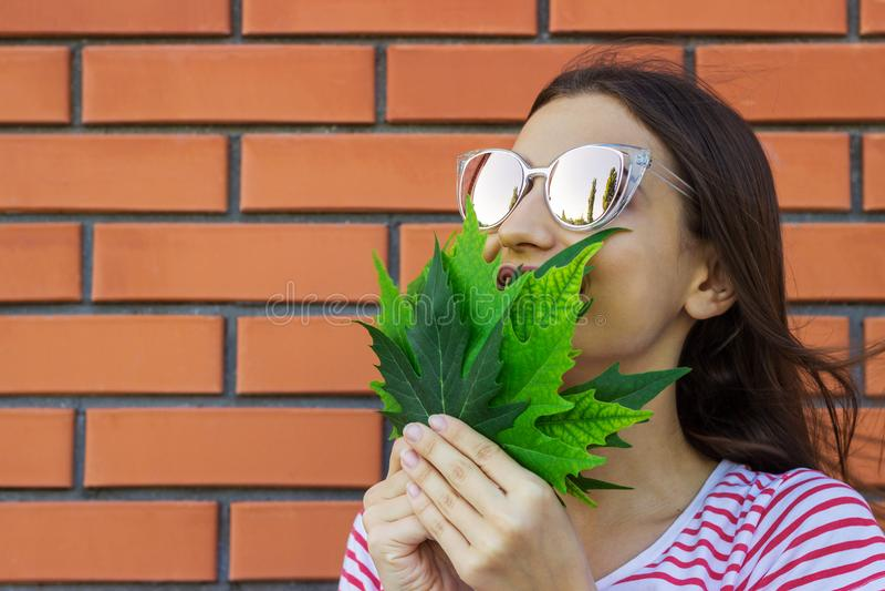 Risata adorabile adorabile della ragazza Ragazza felice con le foglie di acero di autunno immagini stock libere da diritti