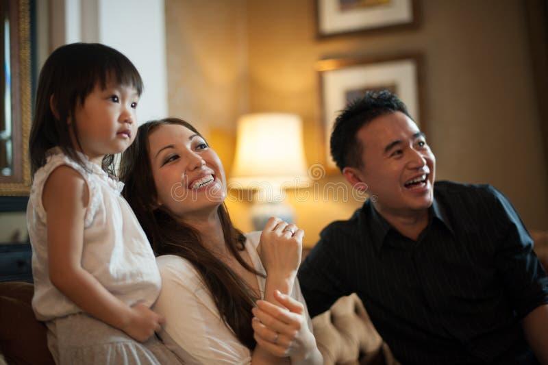 Risata asiatica attraente della famiglia fotografie stock libere da diritti