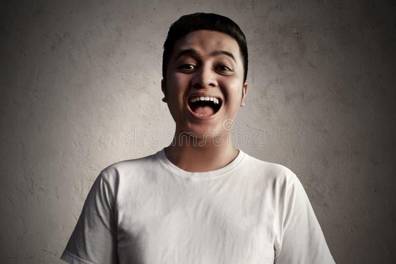 Risata asiatica dell'uomo qualche cosa di divertente fotografie stock libere da diritti