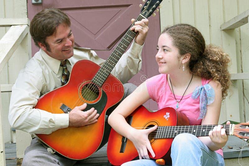 Risata della chitarra della figlia del padre immagini stock libere da diritti