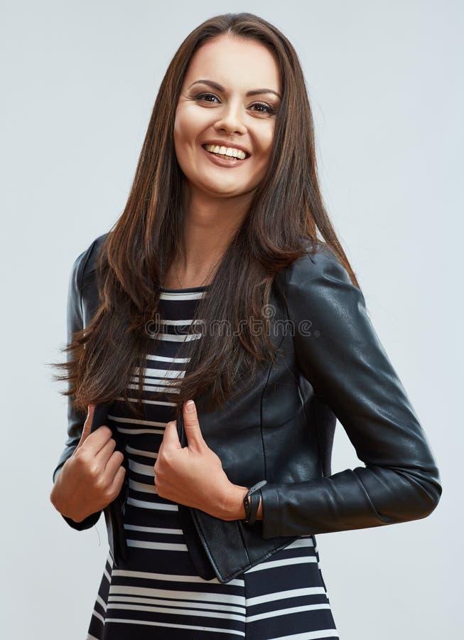 Risata della giovane donna Bella ragazza nello stile casuale della via fotografie stock