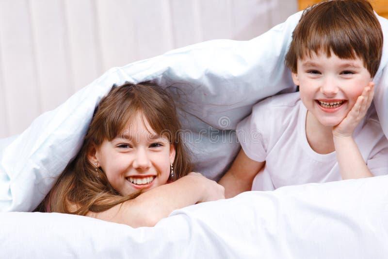 Risata della sorella e del fratello fotografia stock libera da diritti