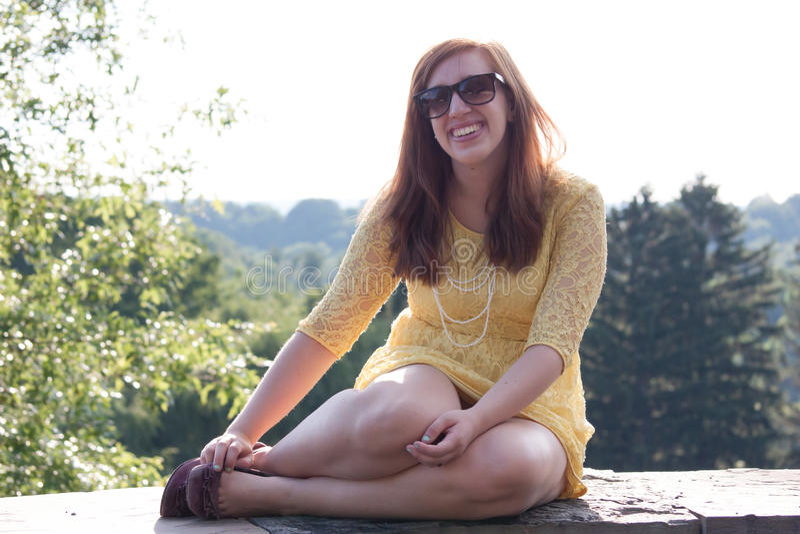 Risata esterna della giovane donna fotografie stock