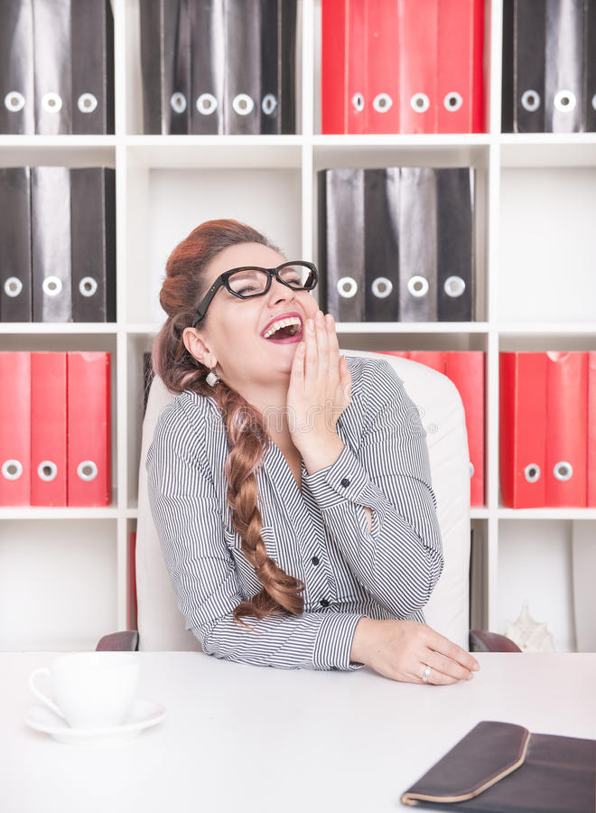 Risata felice della donna di affari immagine stock