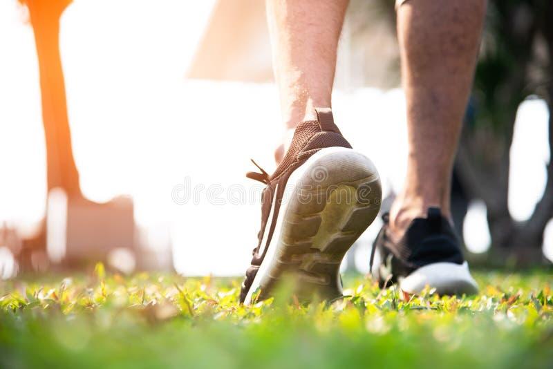 Riscaldamento dell'uomo di sport a pareggiare al parco Concetto di aria aperta e di esercizio Attivit? e tema sani di stile di vi fotografie stock libere da diritti