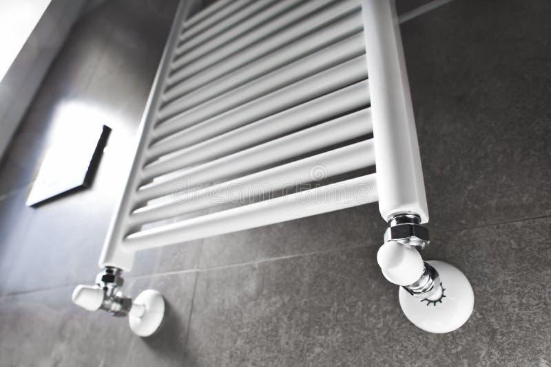 Riscaldatore della stanza da bagno con la finestra immagine stock libera da diritti