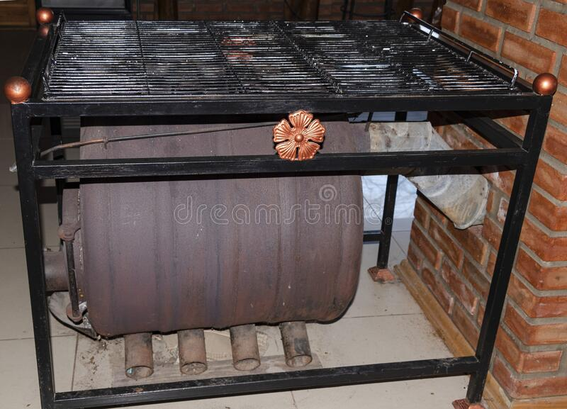 Riscaldatore per una casa grande Firewood Chimney Fumo Calore Caldo immagini stock libere da diritti