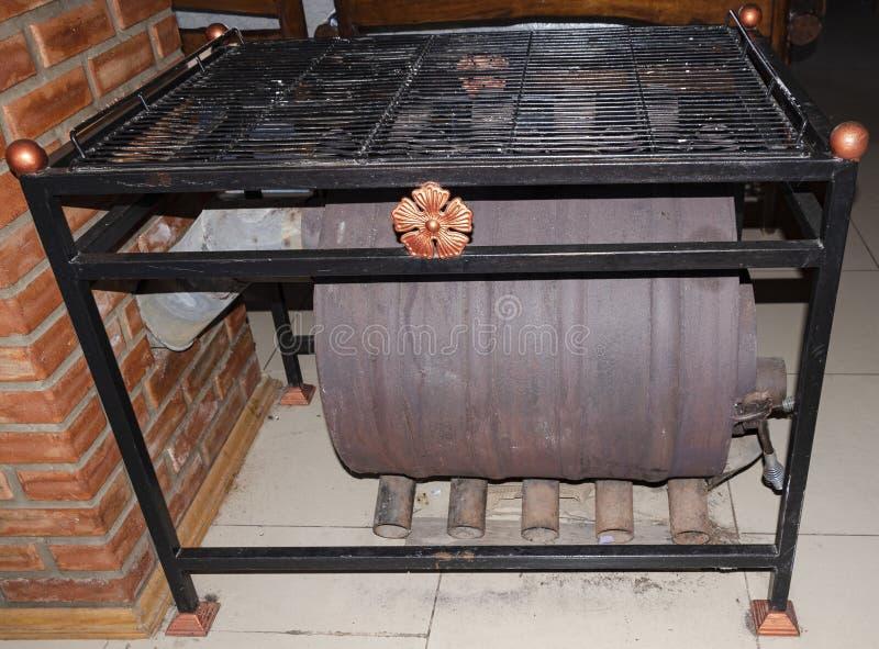 Riscaldatore per una casa grande Firewood Chimney Fumo Calore Caldo fotografia stock libera da diritti