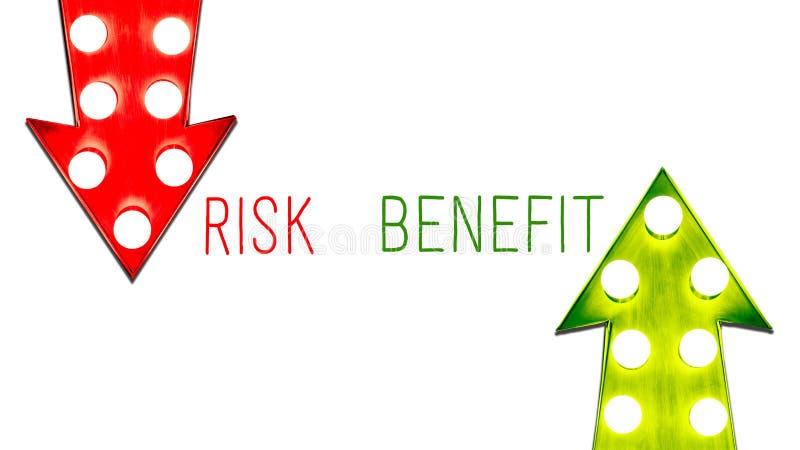 Rischi il beneficio rosso e giù le retro frecce d'annata alte da sinistra a destra verdi hanno illuminato le lampadine Il concett royalty illustrazione gratis