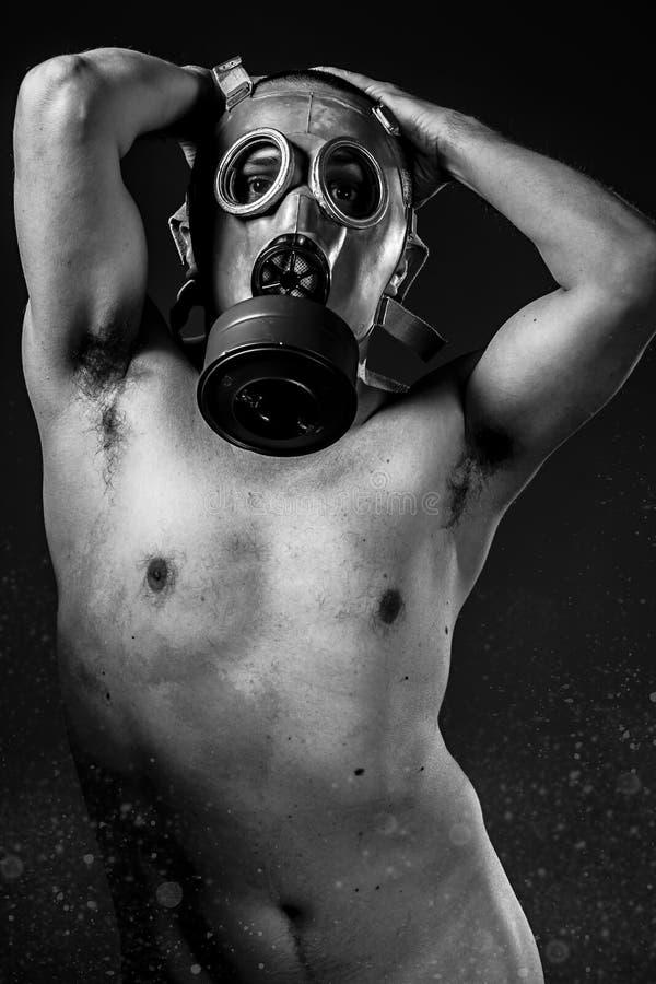 Rischio, uomo di A in una maschera antigas nel fumo. fondo artistico fotografie stock libere da diritti