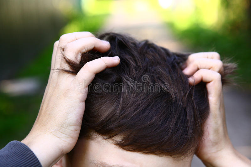 Risco considerável do menino do Preteen sua cabeça foto de stock royalty free