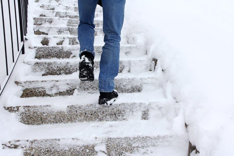 Risco de deslizar ao escalar escadas no inverno fotos de stock royalty free