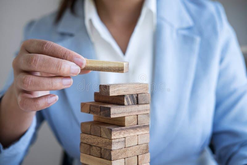 Risco e estratégia alternativos no negócio, mão da colocação de jogo inteligente da mulher de negócio fazendo a hierarquia de mad imagens de stock royalty free