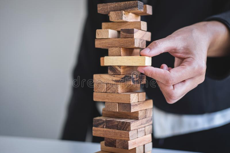 Risco e estratégia alternativos no negócio, mão da colocação de jogo inteligente da mulher de negócio fazendo a hierarquia de mad imagem de stock