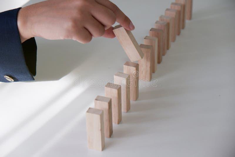 Risco e estratégia planejando no negócio, jogando colocando o veado de madeira dos blocos Conceito do negócio para o crescimento  imagem de stock royalty free