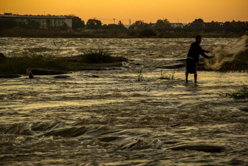 Riscos do pescador na corredeira do São Francisco River em Buritizeiro, Minas Gerais, nos minutos primeiros da luz do sol imagens de stock royalty free
