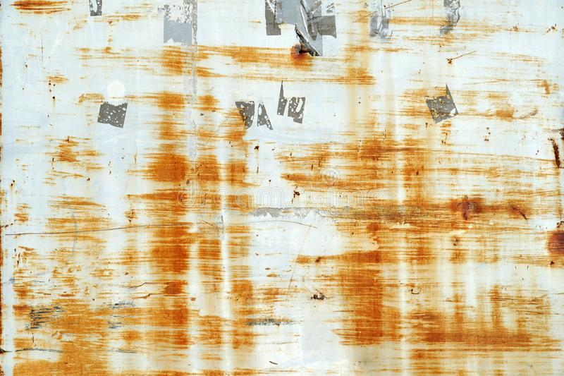Riscos e marcas oxidados das etiquetas e das etiquetas na parede pintada cinzenta do metal fotografia de stock