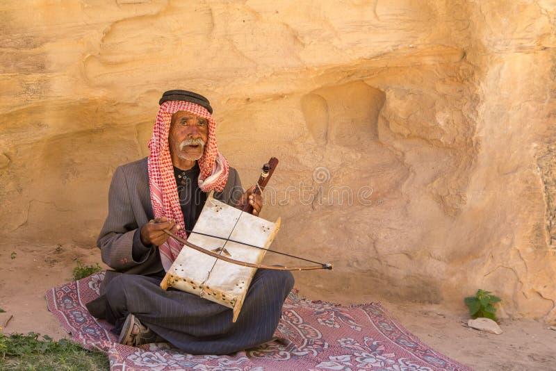 RISERVA NATURALE DI DANA, GIORDANIA - 27 APRILE 2016: Uomo arabo con lo strumento immagine stock