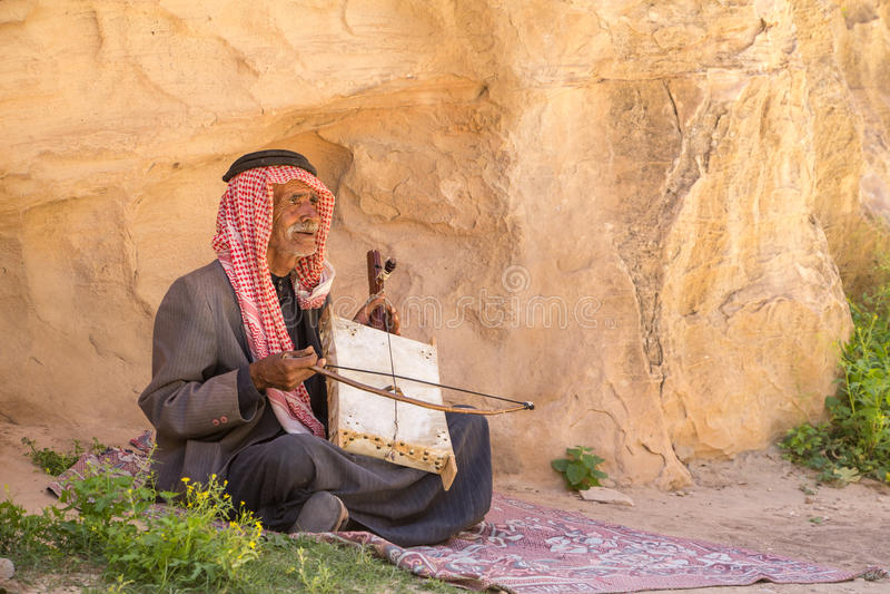 RISERVA NATURALE DI DANA, GIORDANIA - 27 APRILE 2016: Uomo arabo con lo strumento fotografia stock libera da diritti