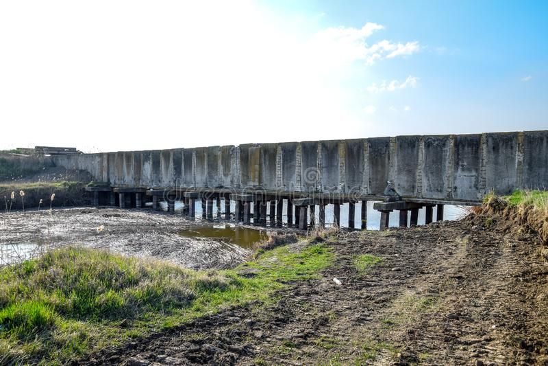 Risfält för kanalbevattningsystem Konkret tunnel för bevattningkanal fotografering för bildbyråer