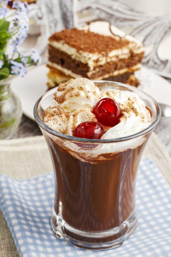Rish咖啡用樱桃和提拉米苏蛋糕 免版税库存照片