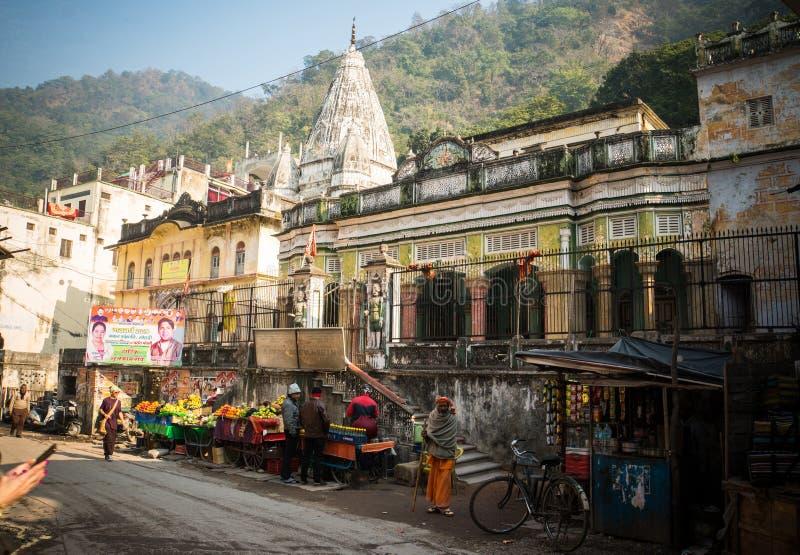 Rishikesh Ινδία 10 Ιανουαρίου 2018 τοπική αγορά φρούτων σε Rishikesh οδός που κάνει εμπόριο σε μια χαρακτηριστική ινδική περιοχή  στοκ εικόνες