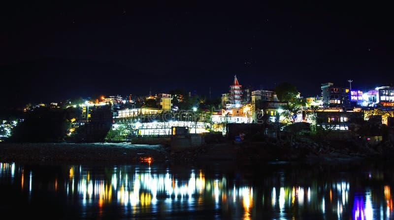 Rishikesh τη νύχτα, άποψη στον ποταμό Ganga και φω'τα πόλεων στοκ εικόνα
