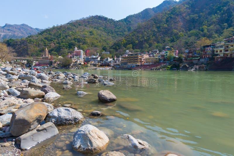 Rishikesh, helig stad och loppdestination i Indien som är berömd för yogagrupper Klar himmel och genomskinliga Ganges River arkivfoto
