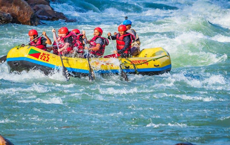 Rishikesh, Indien - junge Leute auf dem Abenteuerwildwasser-Flussfl??en genie?en Wassersport im Fluss der Ganges lizenzfreies stockfoto
