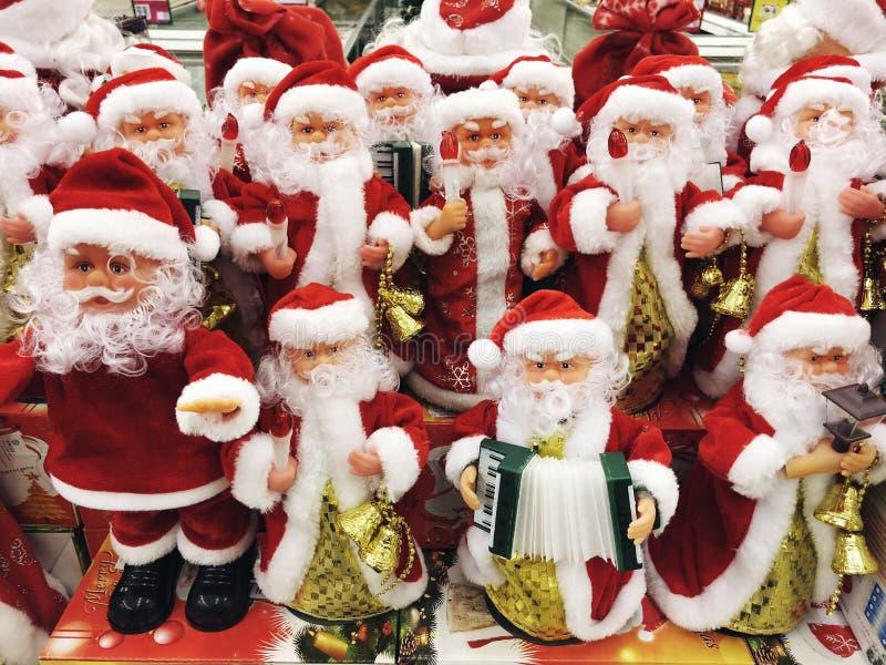 RISHON LE СИОН, ИЗРАИЛЬ 17-ОЕ ДЕКАБРЯ 2017: Игрушка Санта Клауса в супермаркете праздник подарков Рожденственской ночи много орна стоковая фотография rf