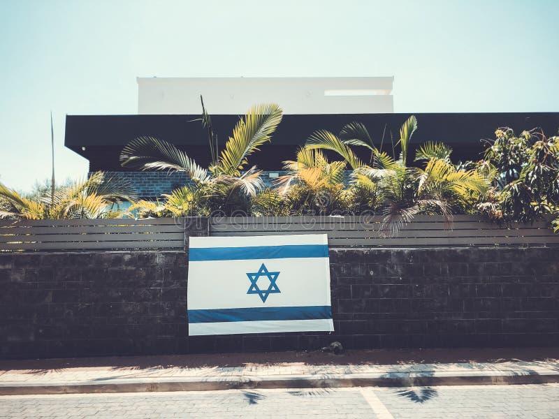 RISHON LE ZION, ISRAËL - Juni 27, de nationale vlag van Israël van 2018, die een woonhuisomheining in Rishon Le Zion, Israël is royalty-vrije stock foto's