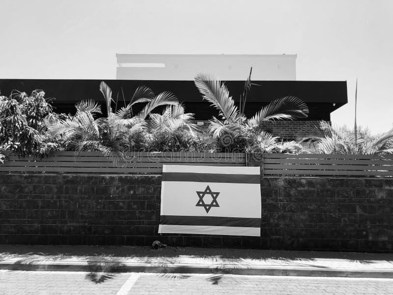 RISHON LE ZION, ISRAËL - Juni 27, de nationale vlag van Israël van 2018, die een woonhuisomheining in Rishon Le Zion, Israël is stock afbeelding