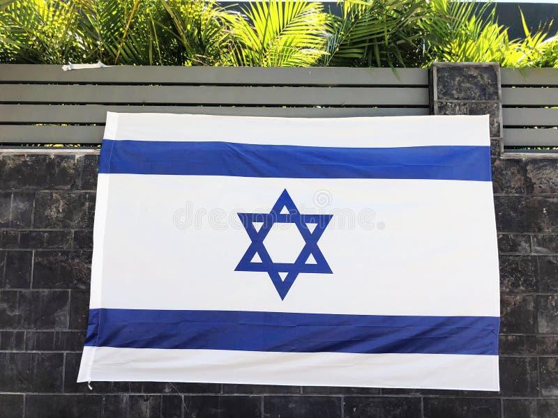 RISHON LE ZION, ISRAËL - Juni 27, de nationale vlag van Israël van 2018, die een woonhuisomheining in Rishon Le Zion, Israël is stock fotografie