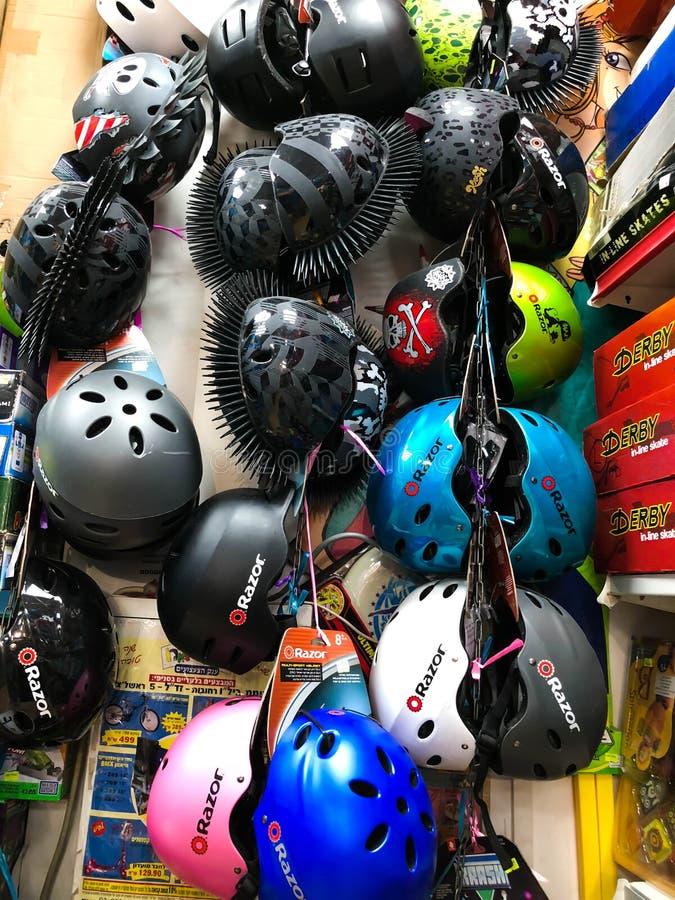 RISHON LE ZION, ISRAEL 27 DE ABRIL DE 2018: Estantes con los cascos en la tienda en Rishon Le Zion, Israel imagenes de archivo