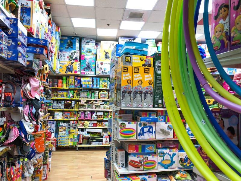 RISHON LE ZION, ISRAEL 27 DE ABRIL DE 2018: Estantes con los juguetes en la tienda en Rishon Le Zion, Israel fotografía de archivo libre de regalías