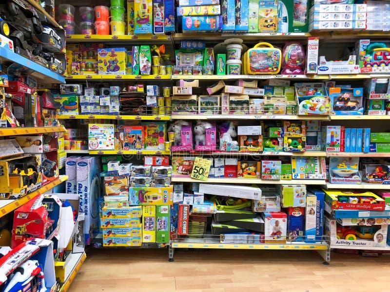 RISHON LE ZION, ISRAEL 27 DE ABRIL DE 2018: Estantes con los juguetes en la tienda en Rishon Le Zion, Israel imagen de archivo