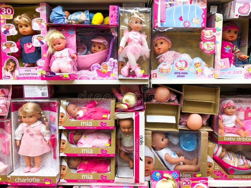 RISHON LE ZION, ISRAEL 27 DE ABRIL DE 2018: Estantes con los juguetes en la tienda en Rishon Le Zion, Israel imagen de archivo libre de regalías