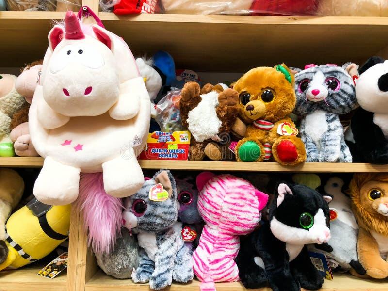 RISHON LE ZION, ISRAEL 27 DE ABRIL DE 2018: Estantes con los juguetes en la tienda en Rishon Le Zion, Israel imagenes de archivo