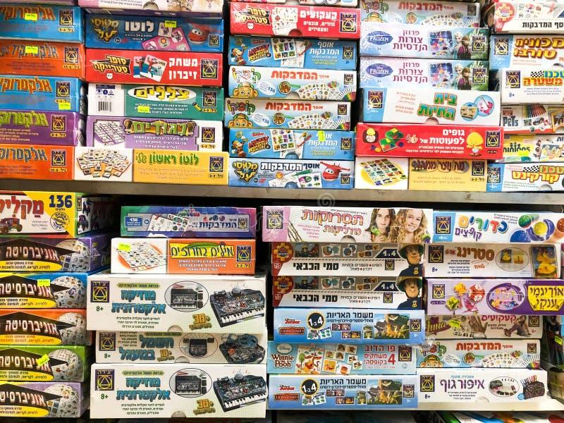 RISHON LE ZION, ISRAEL 27 DE ABRIL DE 2018: Estantes con los juguetes en la tienda en Rishon Le Zion, Israel foto de archivo