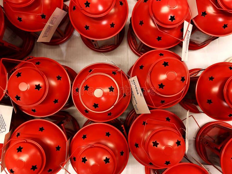 RISHON LE ZION, ISRAEL 16 DE DEZEMBRO DE 2017: O vermelho do castiçal com entalhes bonitos vendeu no close-up da loja imagens de stock