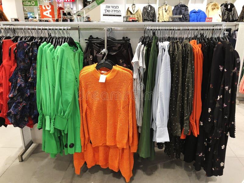 RISHON LE ZION, ISRAEL 17 DE DICIEMBRE DE 2017: Dentro de la tienda de ropa en los grandes almacenes de Azrieli en Rishon Le Zion imagen de archivo