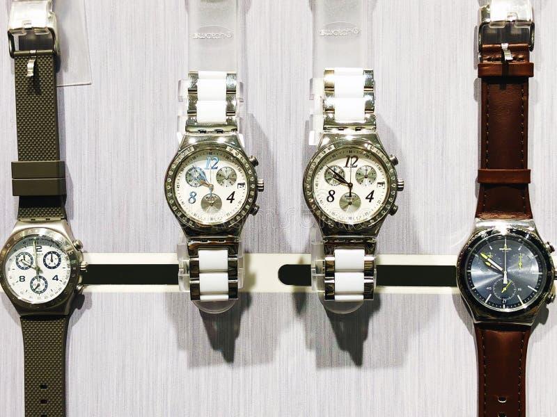 RISHON LE ZION, ISRAEL 29 DE DICIEMBRE DE 2017: Relojes del reloj expuestos en una tienda fotografía de archivo libre de regalías