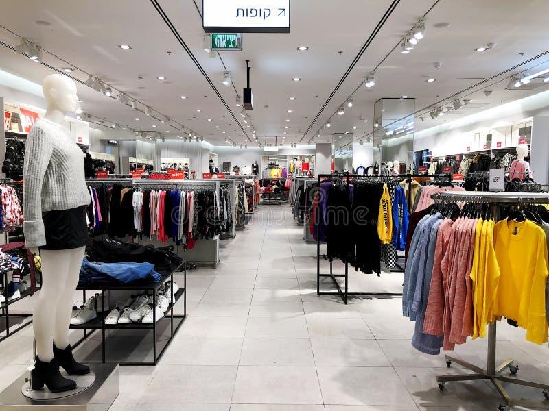 RISHON LE ZION, ISRAEL 3 DE ENERO DE 2018: Dentro de la tienda de ropa en los grandes almacenes de Azrieli en Rishon Le Zion fotos de archivo