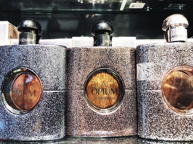 RISHON LE ZION, ISRAEL 12 DE ENERO DE 2018: Una botella de perfume del opio dentro de la tienda en los grandes almacenes en Risho imagen de archivo