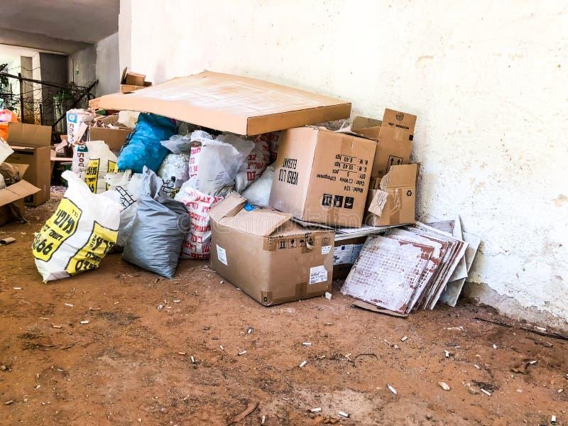 RISHON LE ZION, ISRAEL - 19 DE JUNHO DE 2018: Montão enorme do lance do lixo dos materiais dos pertences afastado em Rishon Le Zi foto de stock