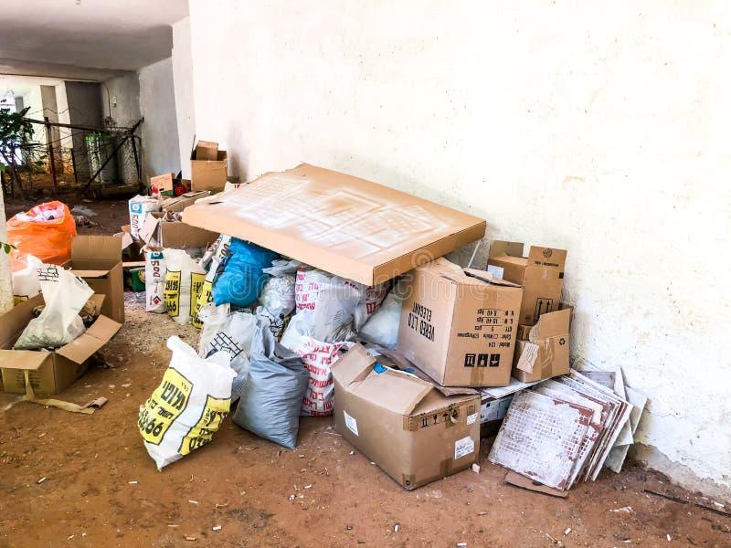 RISHON LE ZION, ISRAEL - 19 DE JUNHO DE 2018: Montão enorme do lance do lixo dos materiais dos pertences afastado em Rishon Le Zi imagens de stock