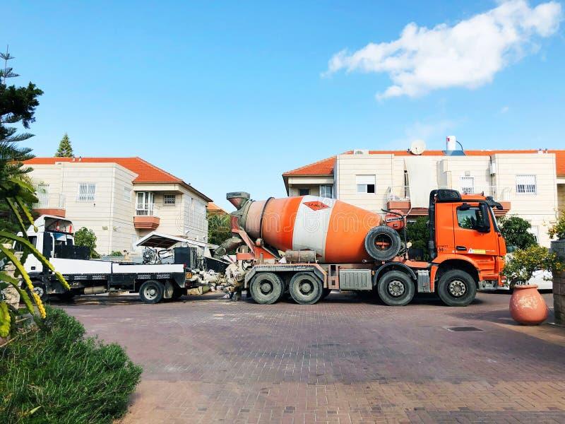 RISHON LE ZION, ISRAEL December 4, 2018: Oranje concrete mixervrachtwagen bij de stadsstraat in Rishon Le Zion, Israël royalty-vrije stock afbeeldingen