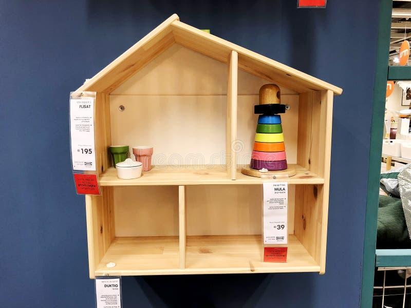 RISHON LE ZION, ISRAEL 16. DEZEMBER 2017: Hölzernes Puppenhaus mit Spielwaren nach innen Kreatives Haus für Kinder stockbild