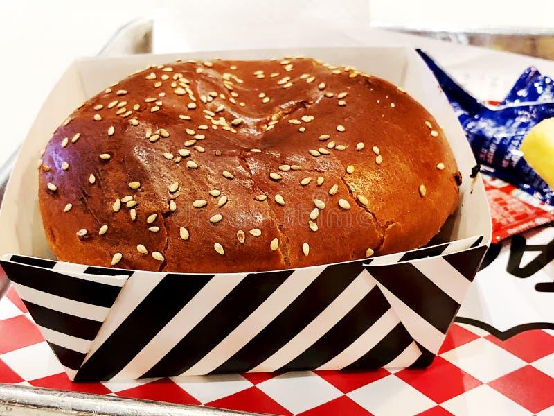 RISHON LE ZION, ISRAEL 17. DEZEMBER 2017: Hamburger auf einem Behälter Fastfoodmahlzeit Köstlicher und feinschmeckerischer Hambur lizenzfreies stockbild